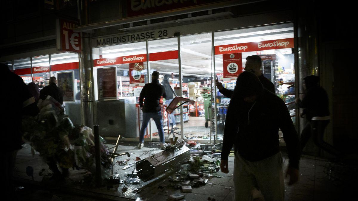 Stuttgart: Menschen stehen vor einem geplünderten Geschäft in der Marienstraße