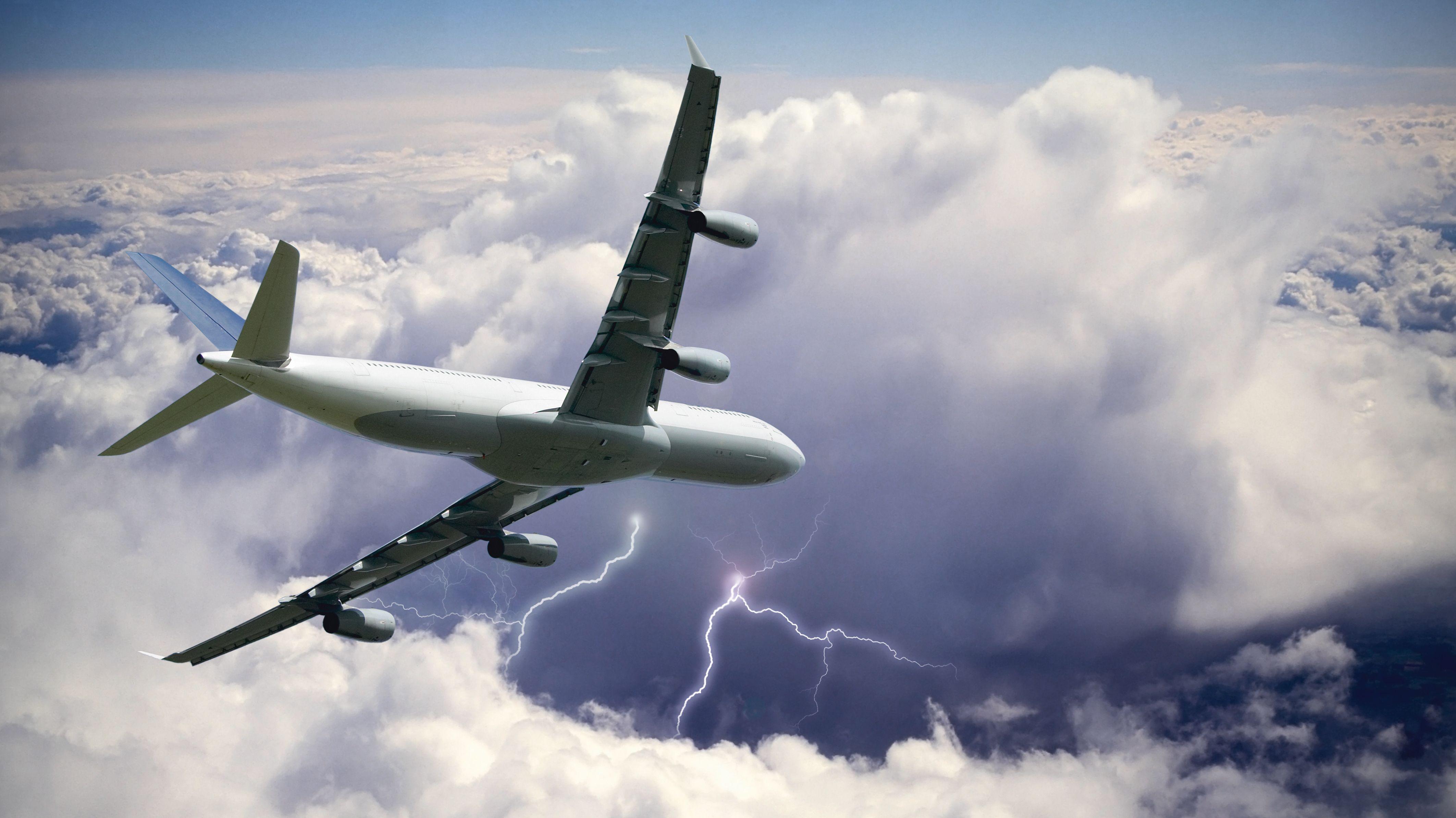 Ein Flugzeug fliegt durch ein Gewitter