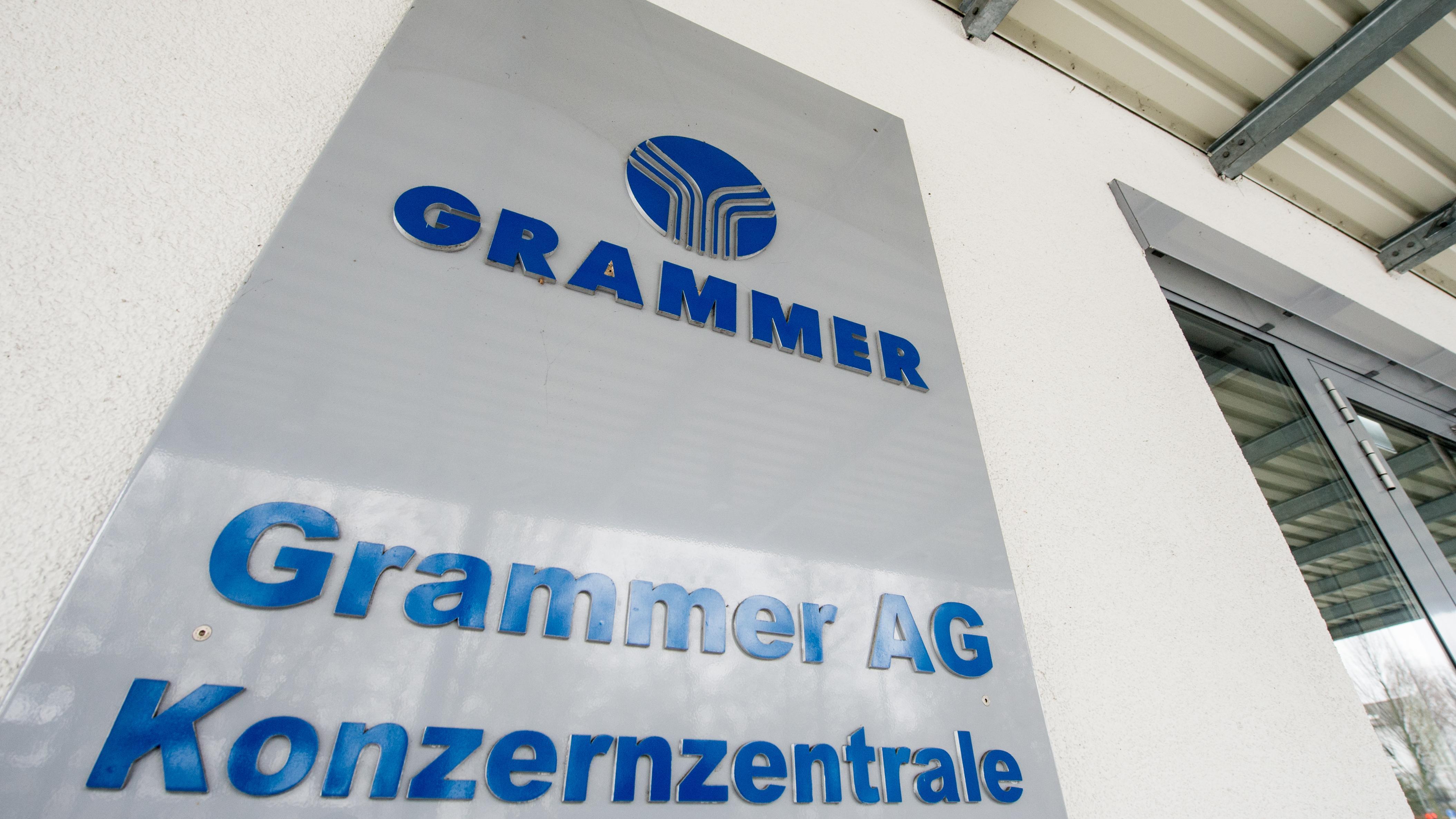 Das Logo der Grammer AG, aufgenommen am 02.02.2017 vor der Konzernzentrale in Amberg