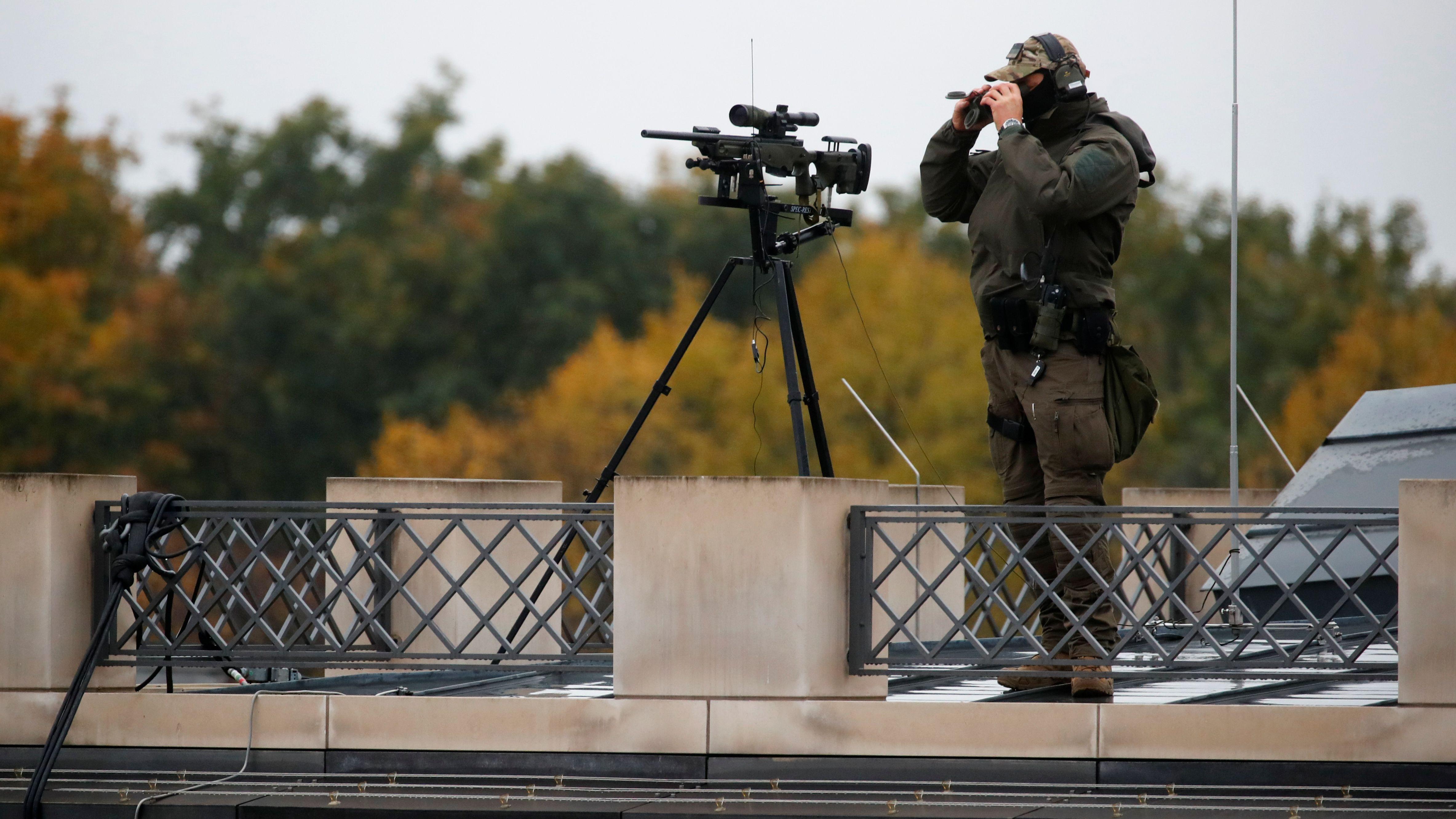 Dieser Scharfschütze ist kein DDR-Grenzposten, sondern einer von hunderten Sicherheitsleuten, die die Feierlichkeiten bewachen.