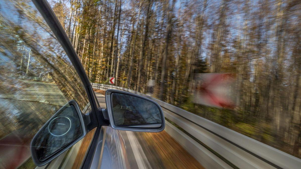 Blick auf schnell fahrendes Auto