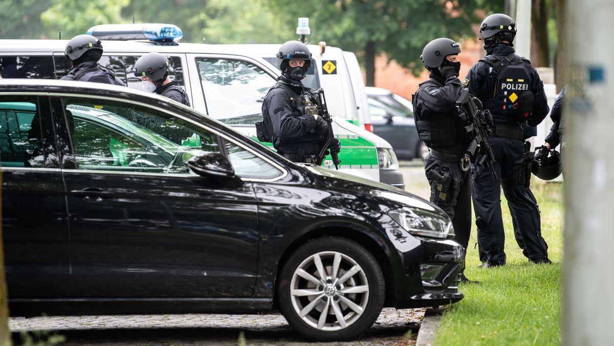 Der Ort des Geschehens im Münchner Norden wurde weiträumig abgeriegelt. Mit mehr als hundert Polizisten wurde nach den Verdächtigen gefahndet.
