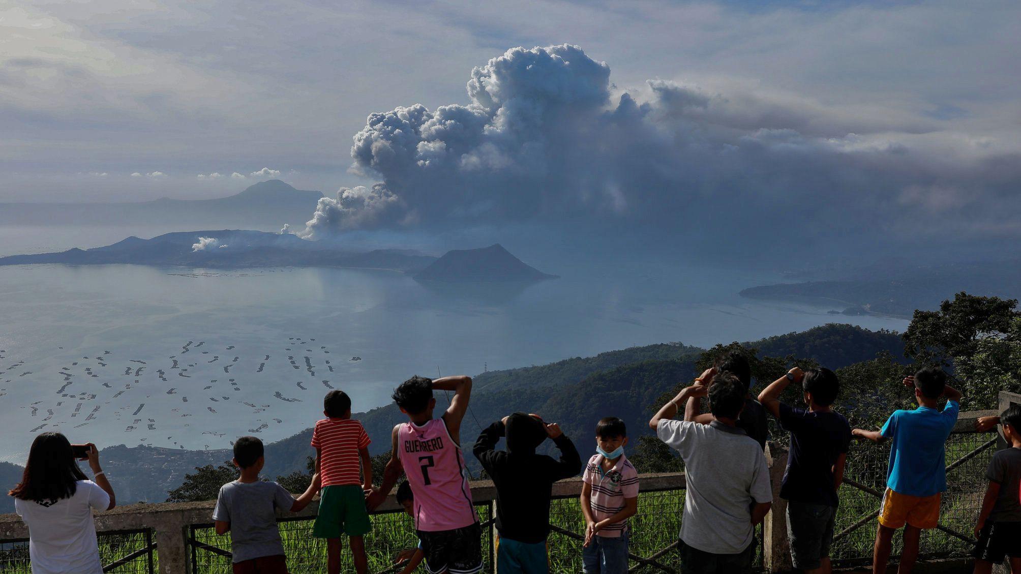 Anwohner beobachten den Vulkan Taal