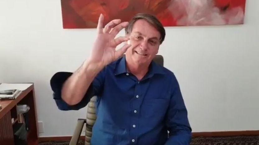 Jair Bolsonaro hält eine Hydroxychloroquin-Tablette in die Kamera (Bild aus einem Video auf  seiner Facebook-Seite)