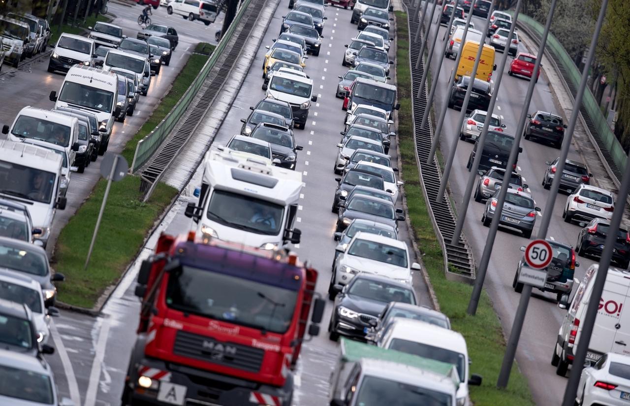 ARCHIV - 16.04.2018, Bayern, München: Dichter Verkehr schiebt sich im abendlichen Berufsverkehr über den Mittleren Ring. Im Kampf gegen zu schmutzige Luft in deutschen Städten wackelt der Zeitplan für die Umrüstung älterer Diesel mit besserer Abgas-Software. (zu dpa «Zeitplan für Diesel-Updates wackelt - Scheuer mahnt Autobauer» vom 29.05.2018) Foto: Sven Hoppe/dpa +++ dpa-Bildfunk +++