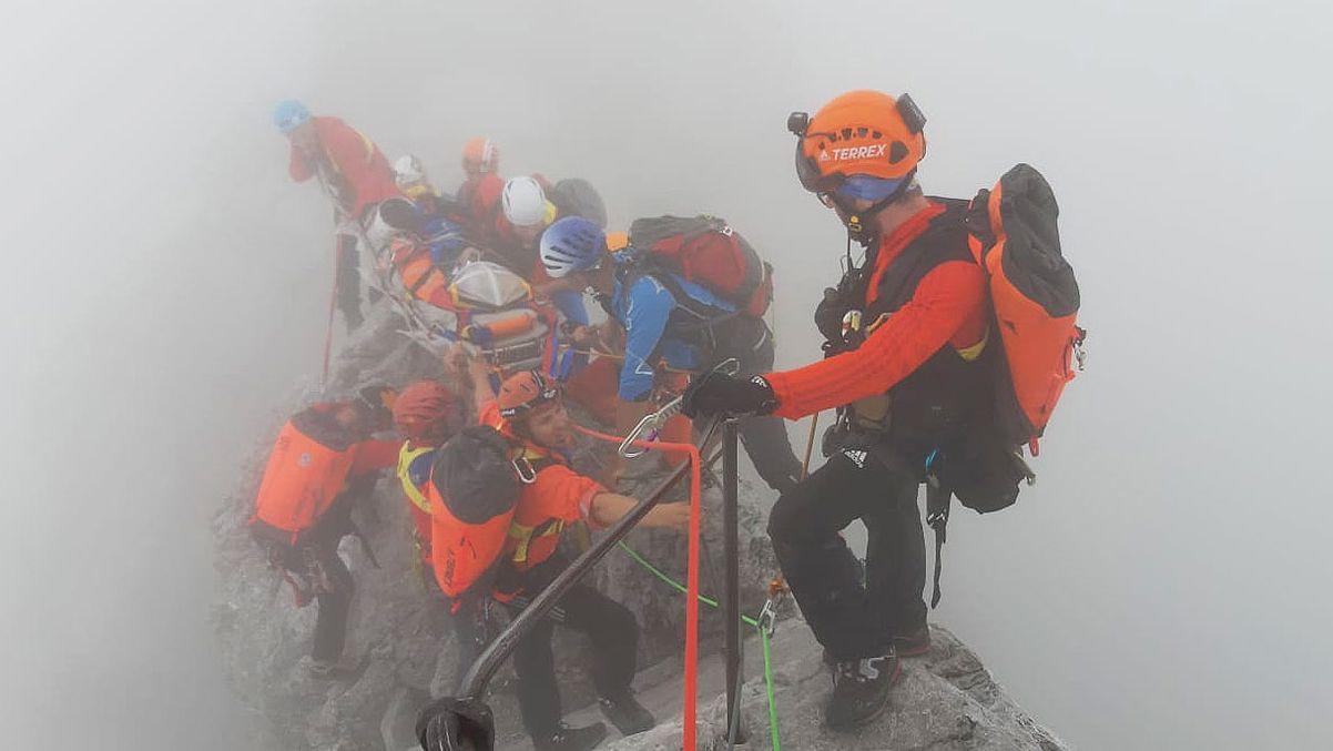 Bergretter transportieren die Schwerverletzte über den Watzmann-Grat zwischen Mittelspitze und Hocheck