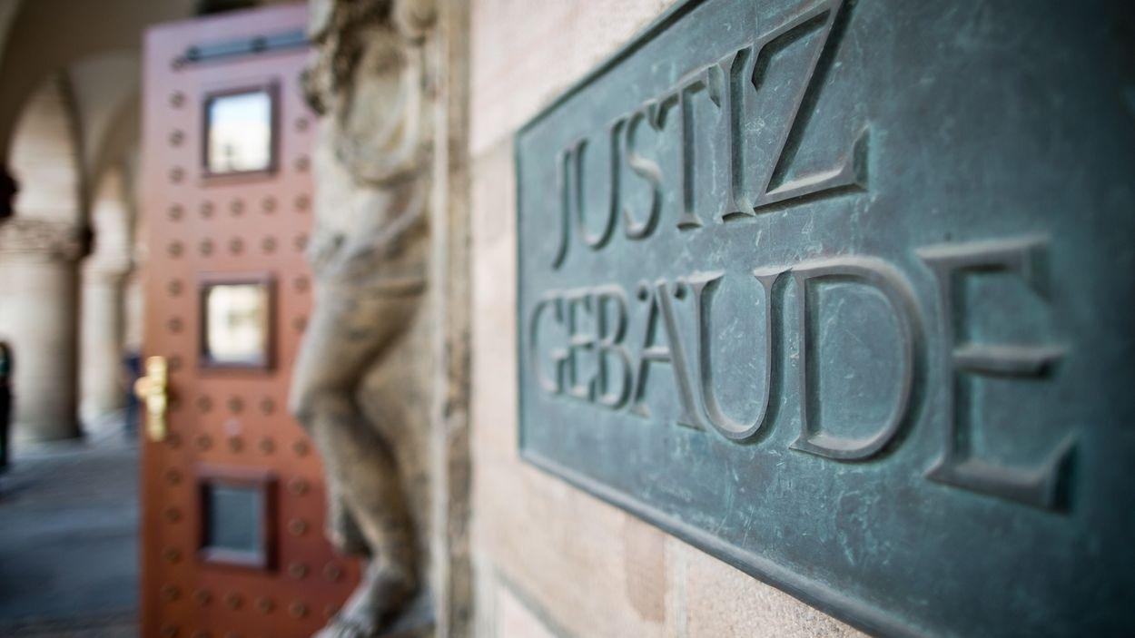 Schild 'Justizgebäude' am Landgericht Nürnberg-Fürth