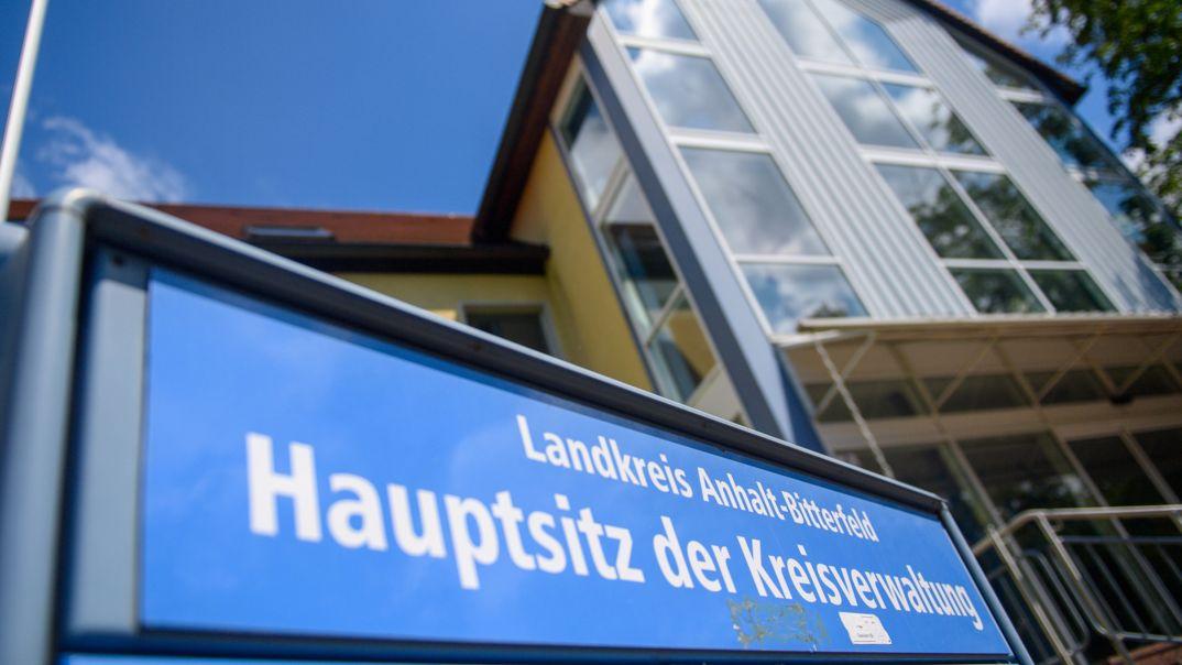 Im Landkreis Anhalt-Bitterfeld sind gerade viele Teile der Verwaltung nur eingeschränkt verfügbar.