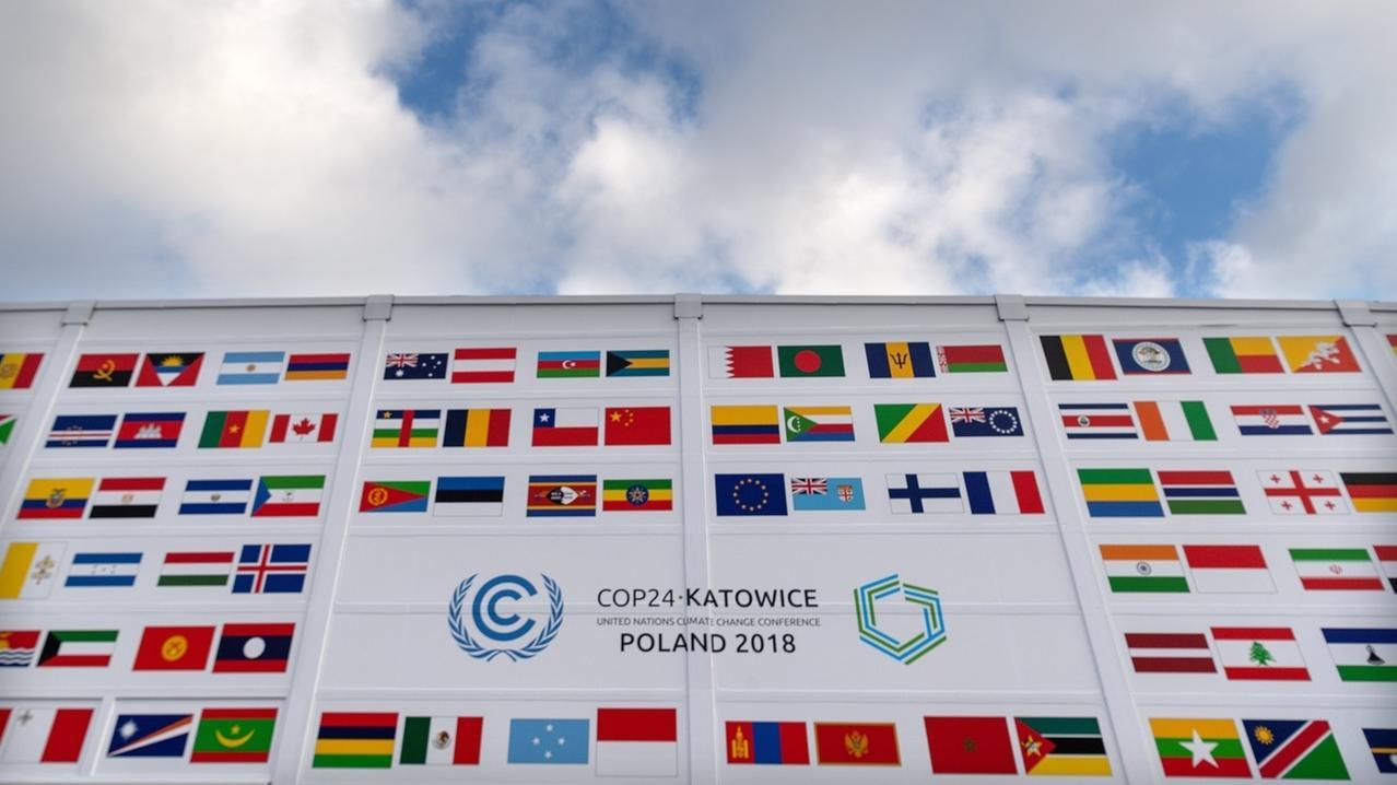 Fahnen diverser Länder und das Logo der Klimakonferenz der Vereinten Nationen COP24 sind an der Fassade am Veranstaltungsort angebracht. Der UN-Klimagipfel zum Klimawandel findet vom 03.-14.12.2018 in der südpolnischen Stadt Kattowitz statt.