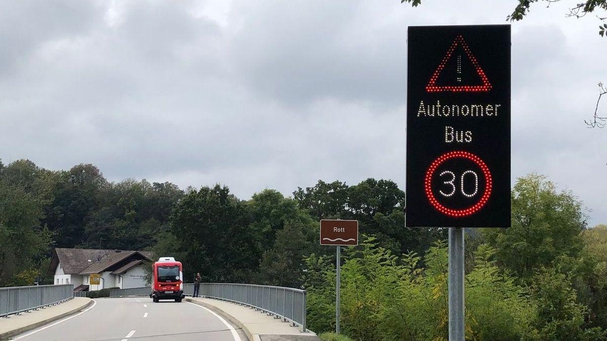 """Das """"Wechselverkehrszeichen-System"""" erkennt den autonomen Bus und wechselt die digitalen Verkehrszeichen von 50 auf 30 km/h"""