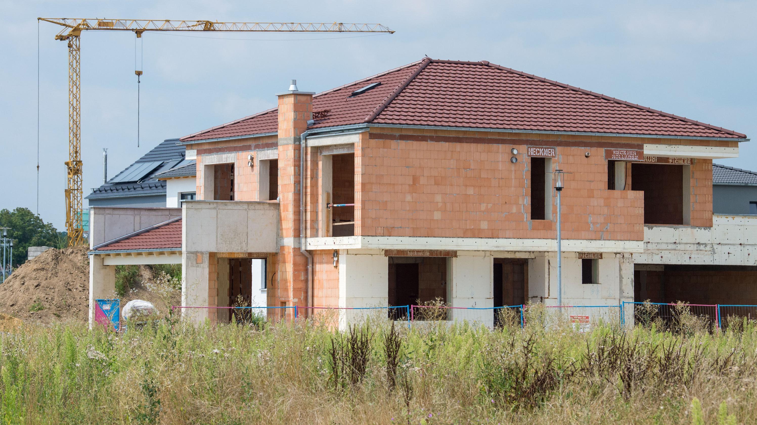 Ein nicht fertiggestelltes Haus steht in einem Neubaugebiet bei Ingolstadt.
