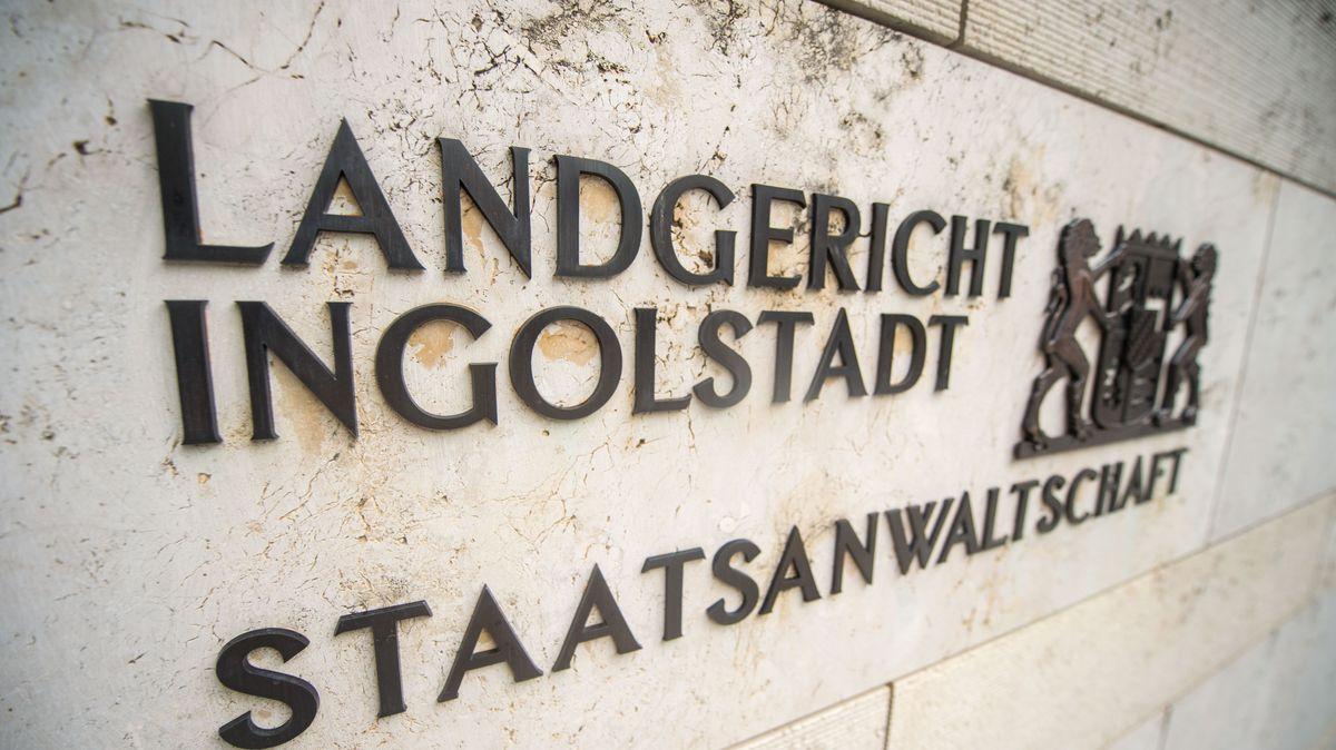 """Schriftzug """"Landgericht Ingolstadt"""" mit Bayernwappen und """"Staatsanwaltschaft"""" auf der Fassade des Landgerichts"""