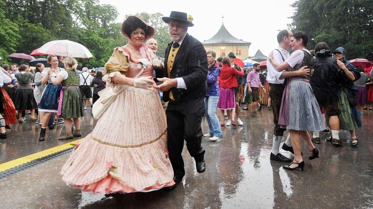 Tanzvergnügen trotz Regen: Der Kocherlball in München am 21.07.2019.