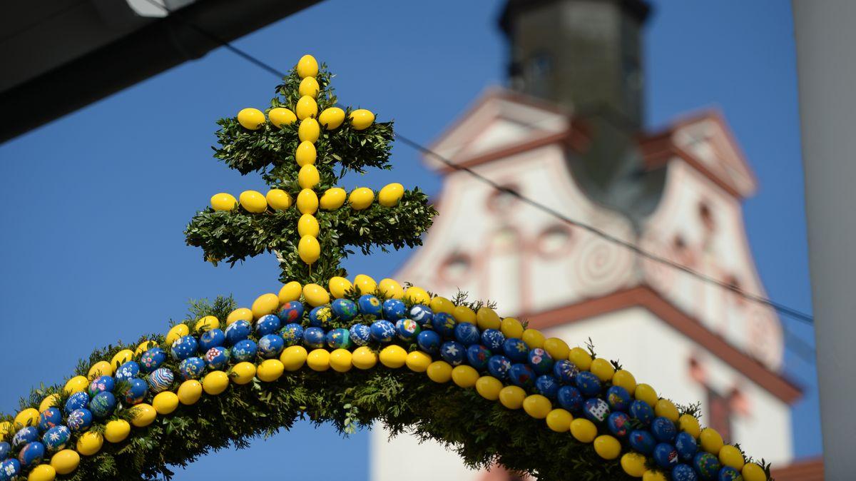 Österlicher Eierschmuck vor einer Kirche.