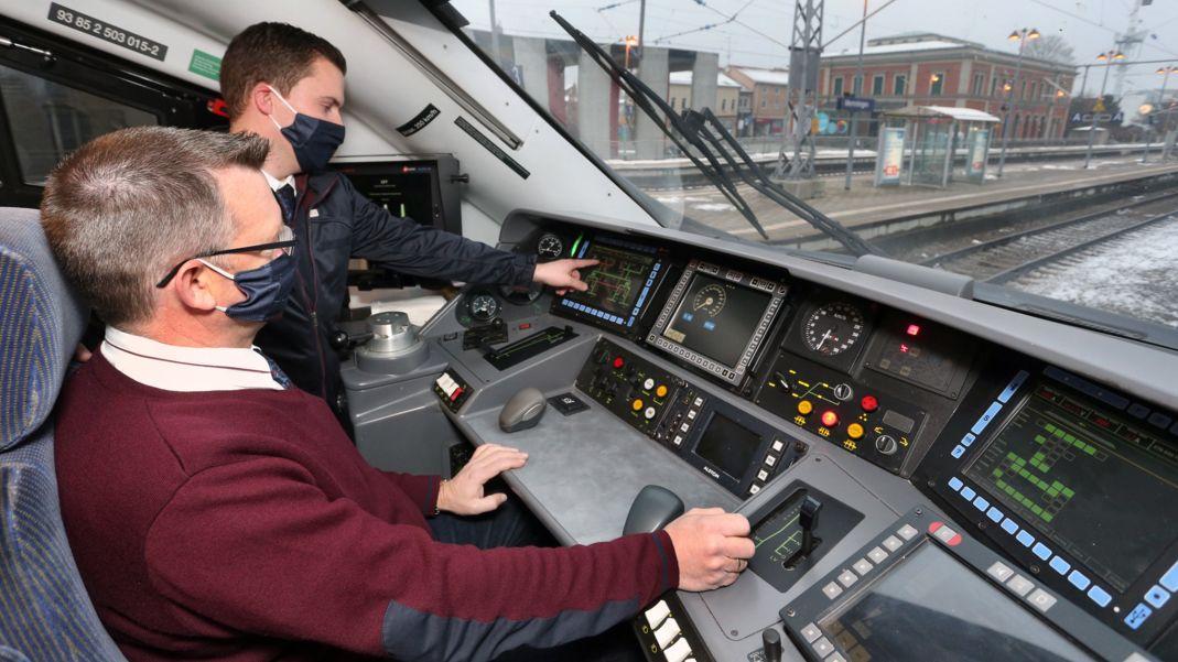 """Bayern, Lokführer, sitzt auf der neu elektrifizierten Strecke München-Lindau im Cockpit des Hochgeschwindigkeitszuges """"Astoro""""."""