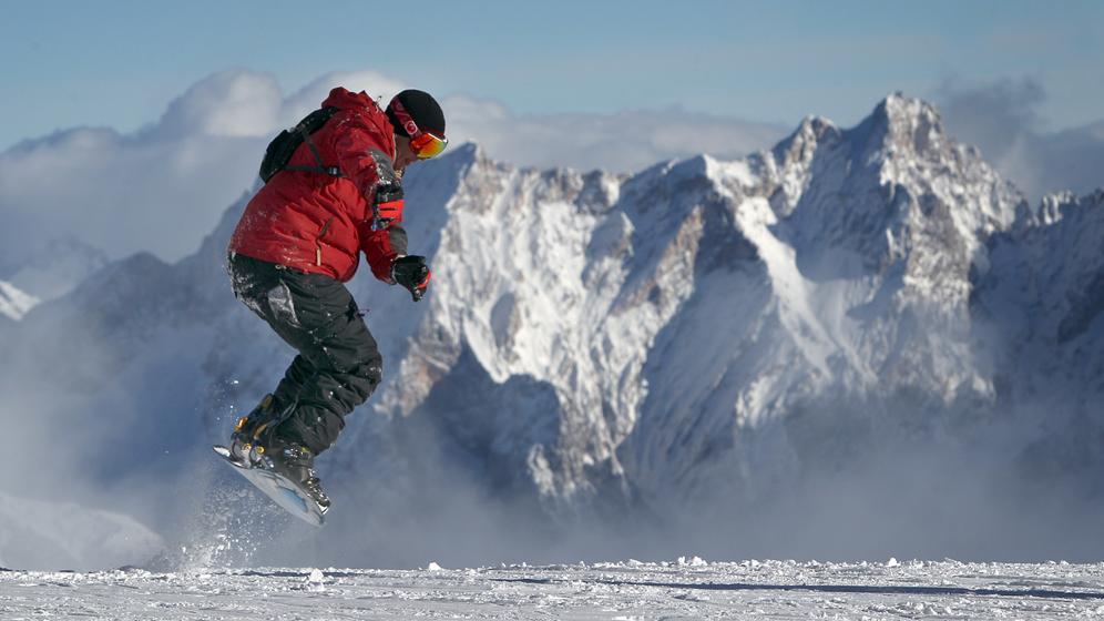 Snowboarder auf Schnee    Bild:dpa/pa/Karl-Josef Hildenbrand