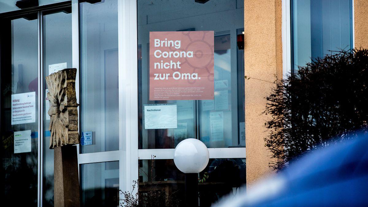 An einem Pflegeheim ist am Eingangsbereich ein Plakat angebracht, auf dem Plakat steht: Bring Corona nicht zur Oma.