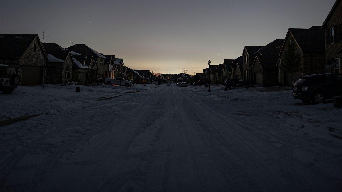 Argyle, Texas, liegt ohne Strom im Dunkeln.