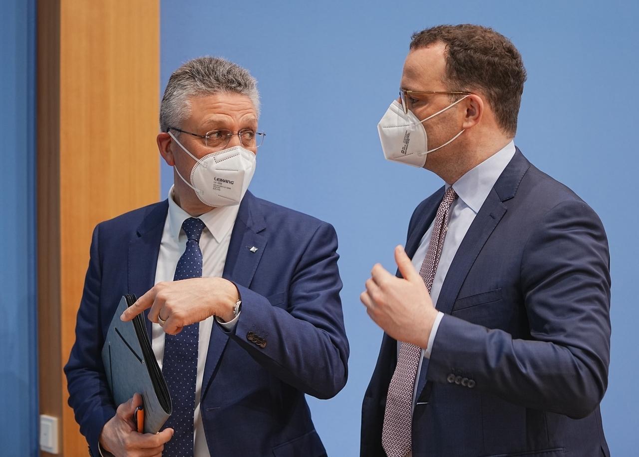 07.05.2021, Berlin: Jens Spahn (CDU), Bundesminister für Gesundheit, spricht neben Lothar Wieler (l), Präsident des Robert Koch-Instituts (RKI),  nach der wöchentlichen Pressekonferenz in der Bundespressekonferenz zur aktuellen Coronalage. Foto: Michael Kappeler/dpa +++ dpa-Bildfunk +++