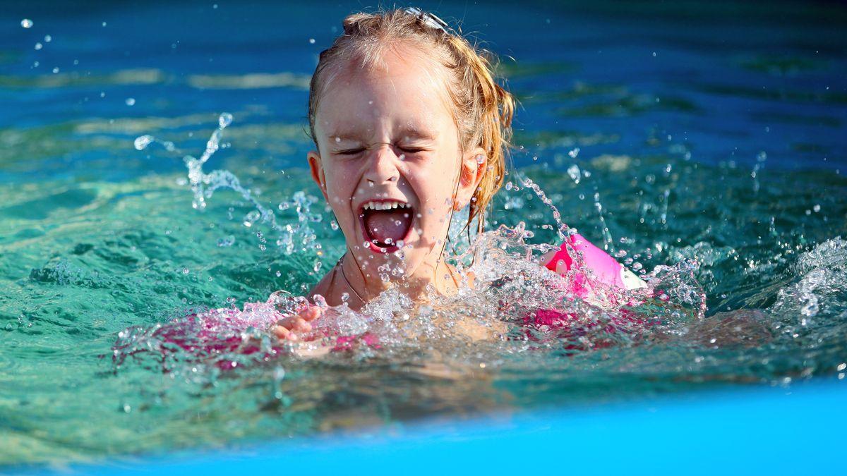 Ein kleines Mädchen im  Schwimmbad.