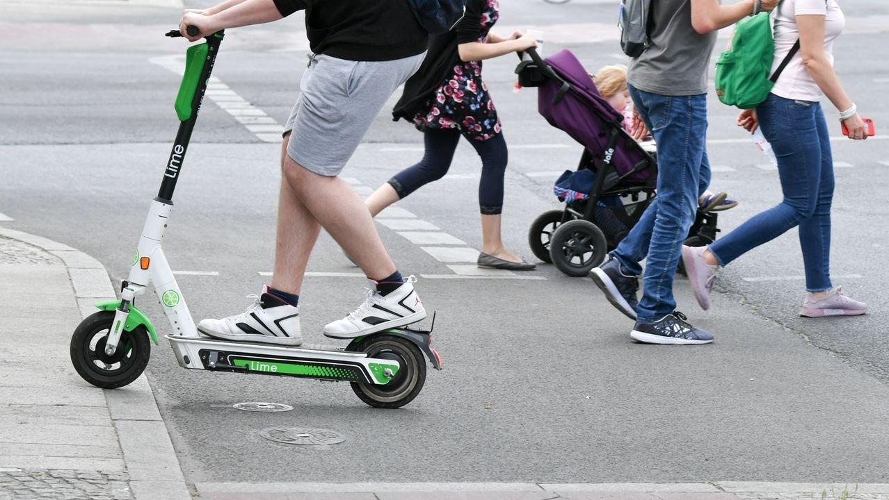 Ein E-Scooter-Fahrer überquert eine Straße
