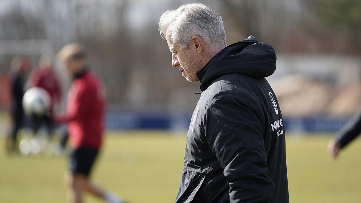Trainer Jens Keller vom 1. FC Nürnberg steht auf dem Trainingsplatz