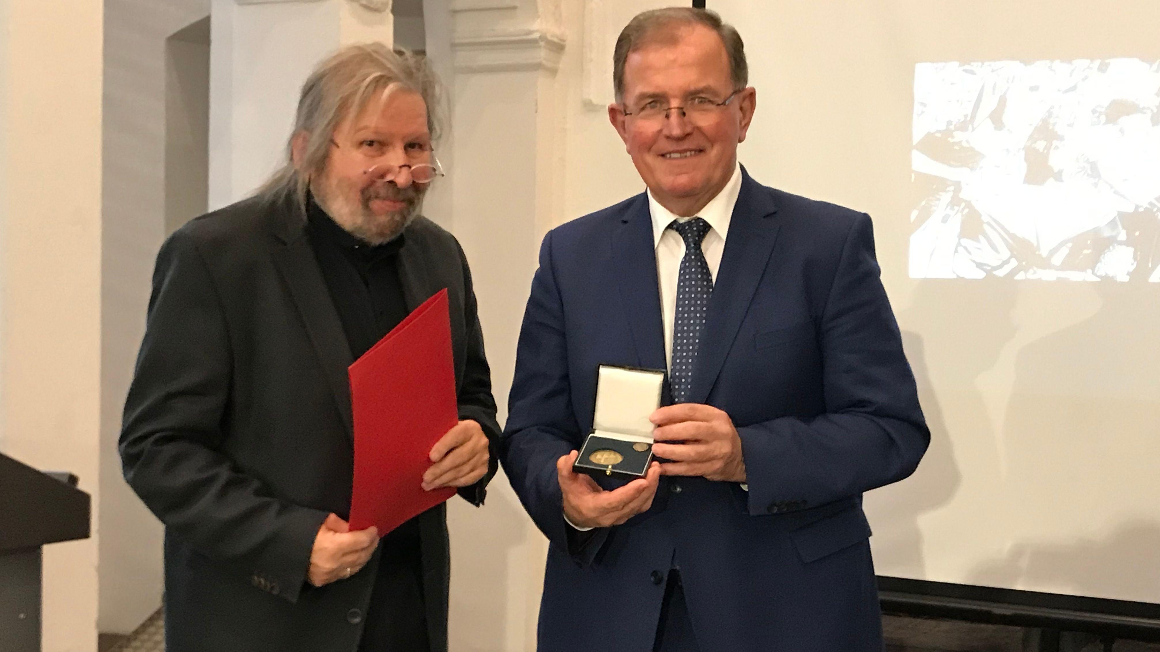 Wolf-Dietrich Weissbach (links) bei der Preisverleihung.