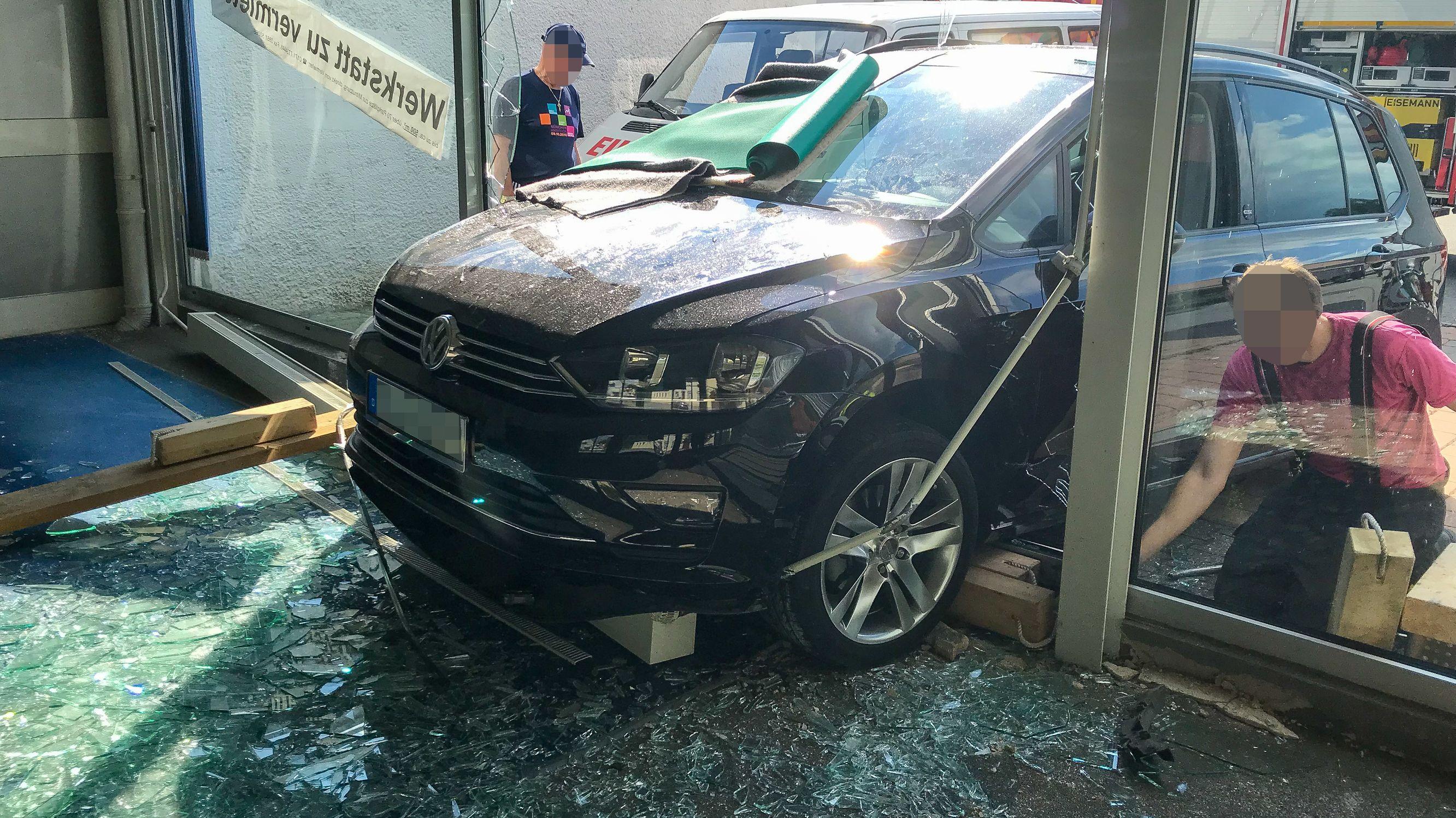 Der Unfallwagen im Ausstellungsraum