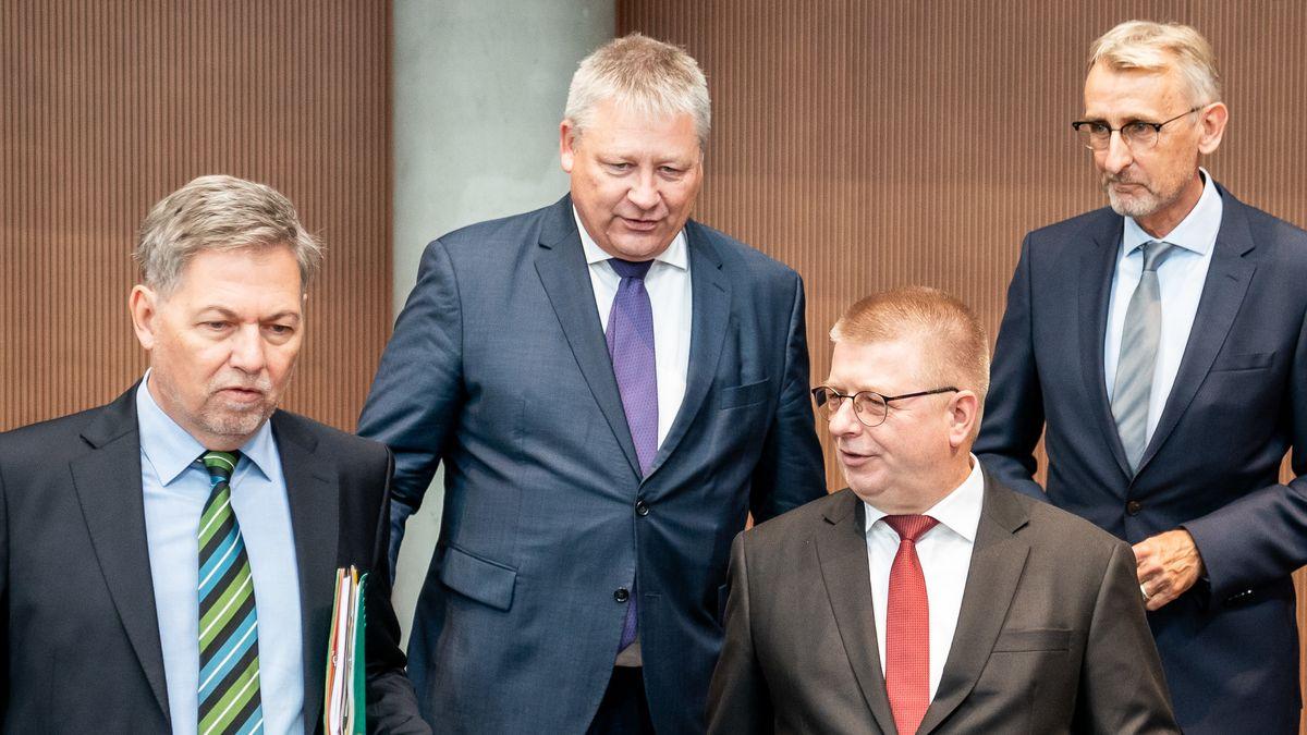 Von links nach rechts: Die Chefs der deutschen  Nachrichtendienste und der Chef des Parlamentarischen Kontrollgremius vor der Anhörung.