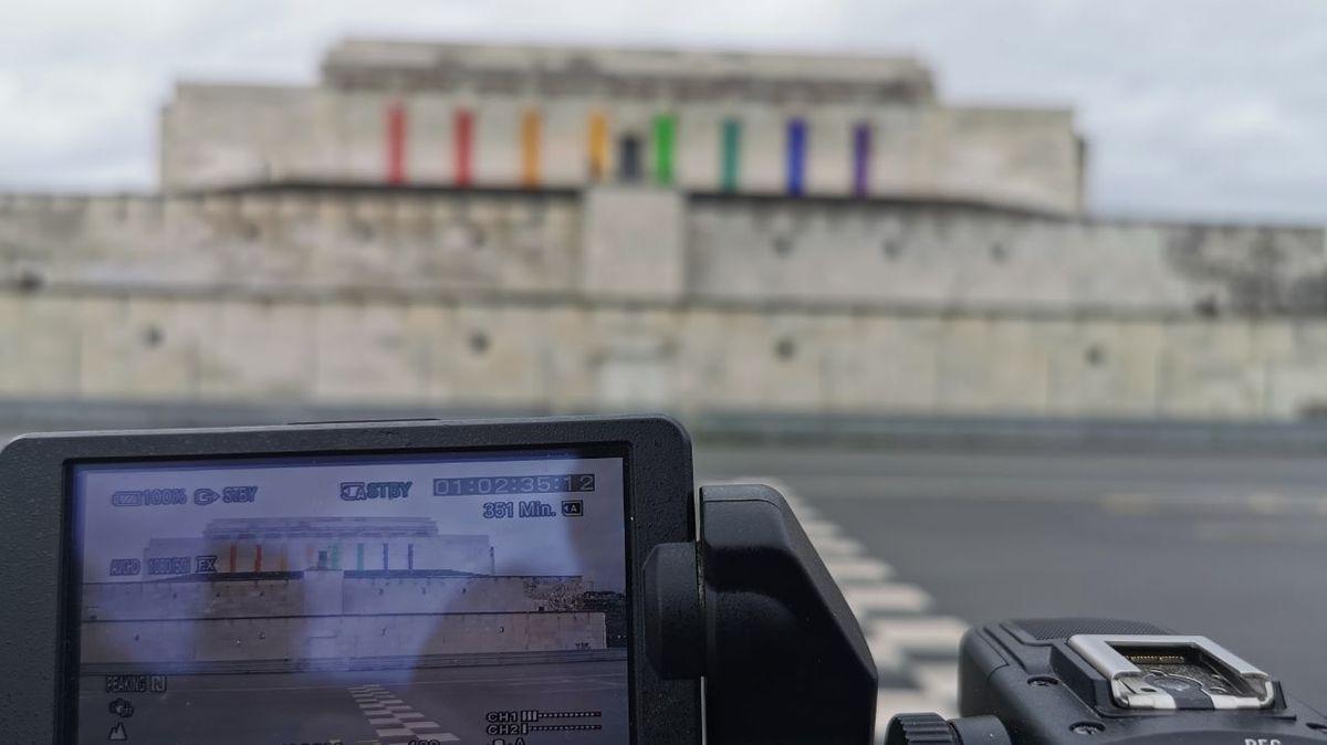 Kamerabild mit der Zeppelintribüne, dahinter verschwommen die echte Zeppelintribüne