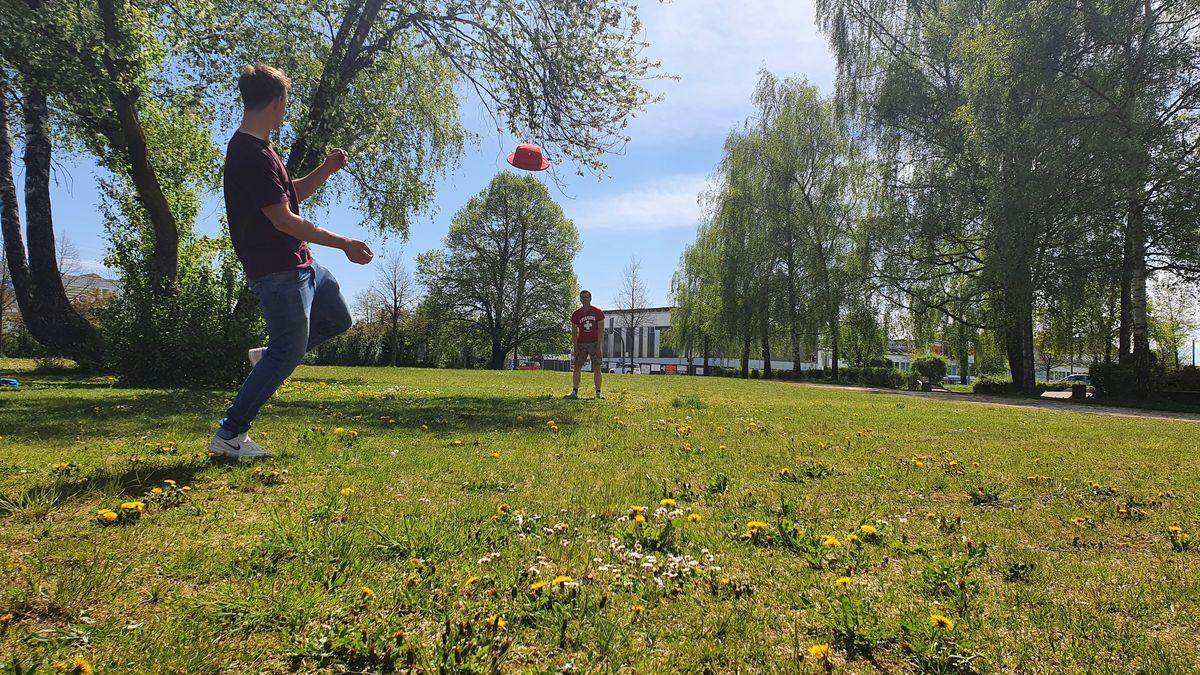 Zwei der Gründer beim Capsbee-Spiel.