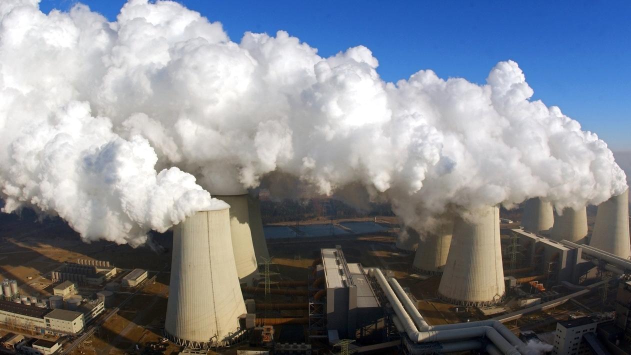 Kohlekraftwerke mit dampfenden Kühltürmen