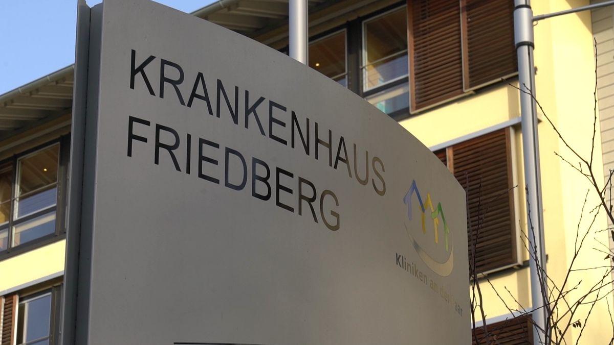 """Schild mit der Aufschrift """"Krankenhaus Friedberg"""" und dem Logo der """"Kliniken an der Paar"""""""
