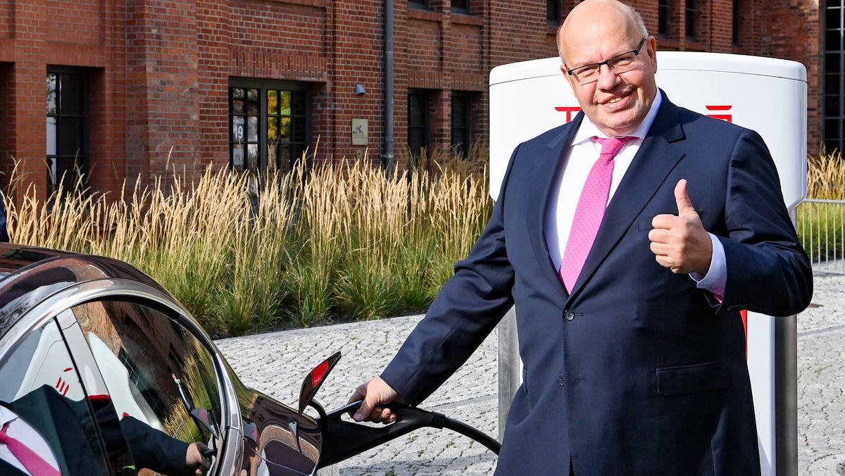 10.09.2020, Berlin: Peter Altmaier (CDU), Bundeswirtschaftsminister, steht bei der Vorstellung einer neuen Tesla-Ladestation der neuesten Generation auf dem Gelände vom Euref-Campus Berlin.