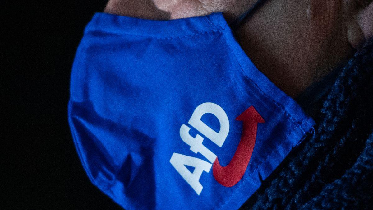 Mann trägt Mundschutz mit AfD-Logo