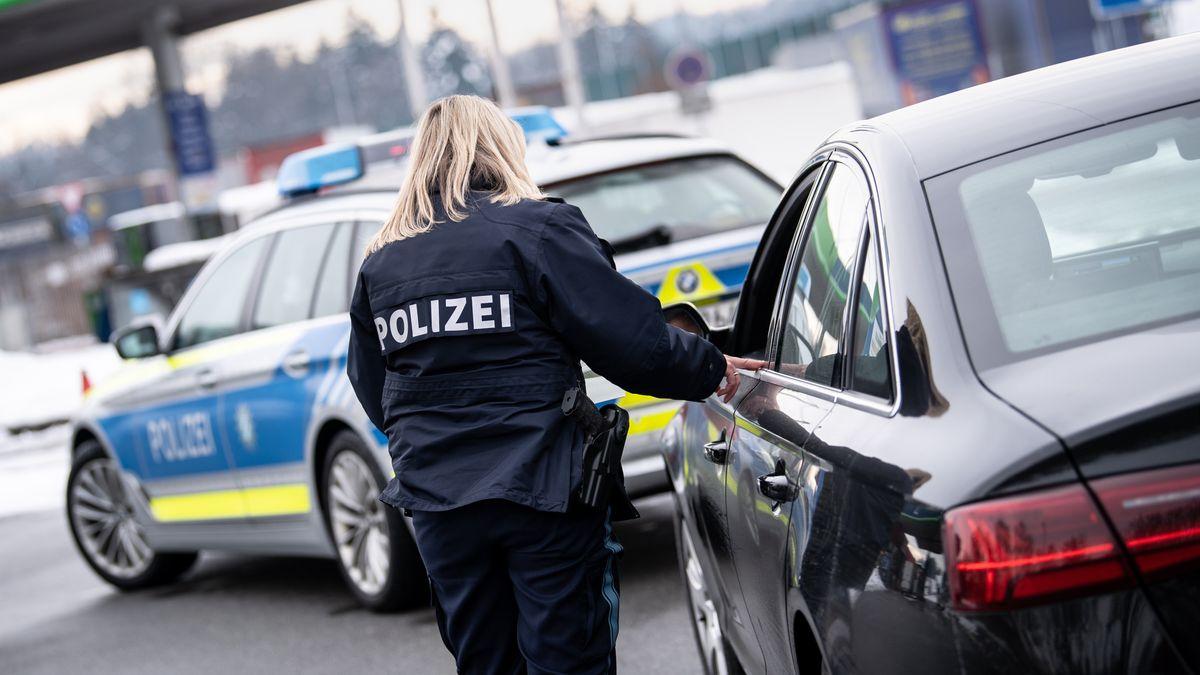 Eine Polizistin der Bayerischen Grenzpolizei kontrolliert auf einem Rastplatz auf der Autobahn 3 vor der österreichischen Grenze ein Fahrzeug.