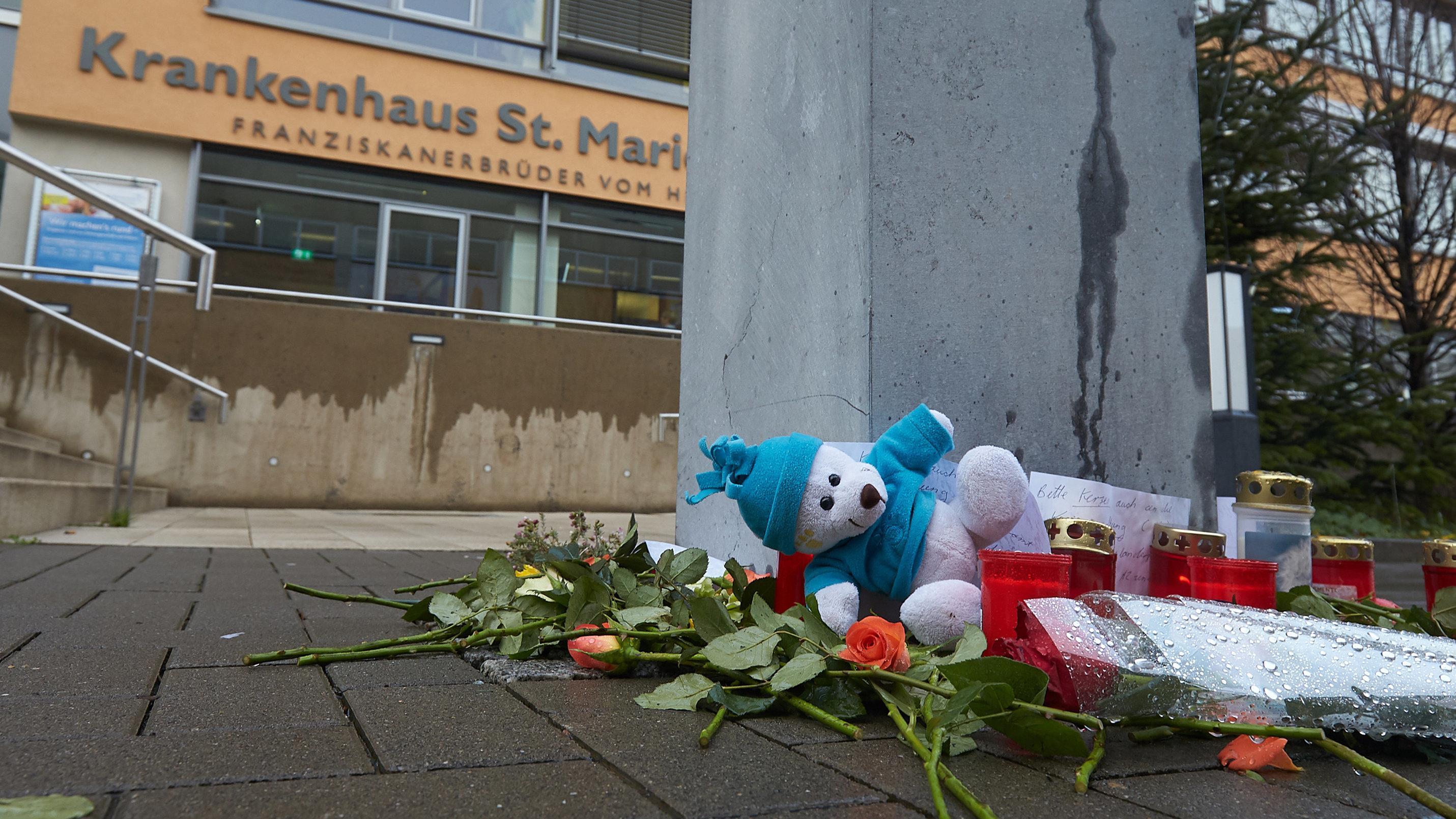 Rheinland-Pfalz, Bad Kreuznach: Kerzen und ein Kuscheltier wurden vor dem Eingang zum Krankenhaus Marienwörth in Bad Kreuznach abgelegt.