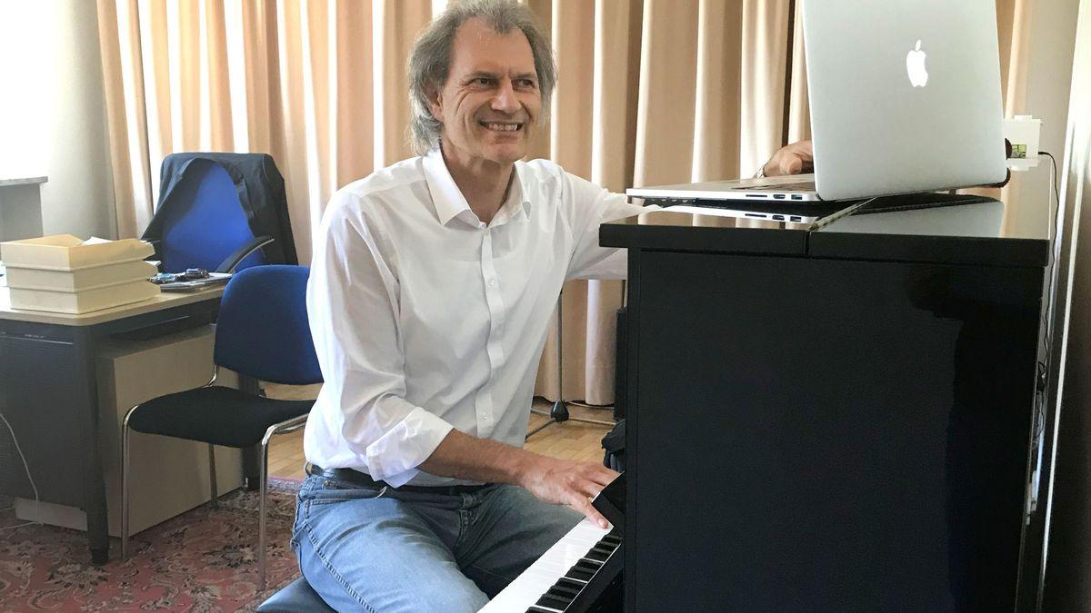 Der Schulleiter der Musikschule Landshut beim Online-Unterricht