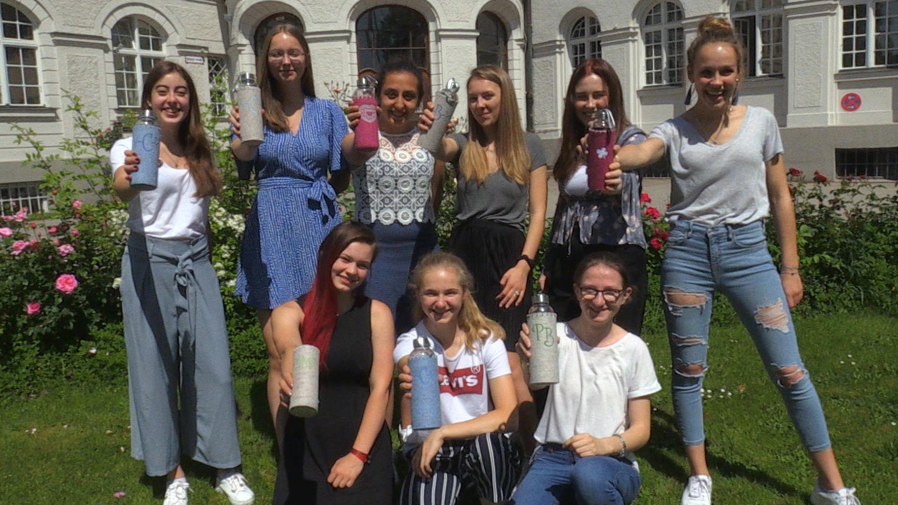 """Schülerinnen des Münchner Maria-Ward-Gymnasiums kämpfen mit """"MyCleanBottle"""" um den Titel """"Bestes Unternehmen Deutschland""""."""