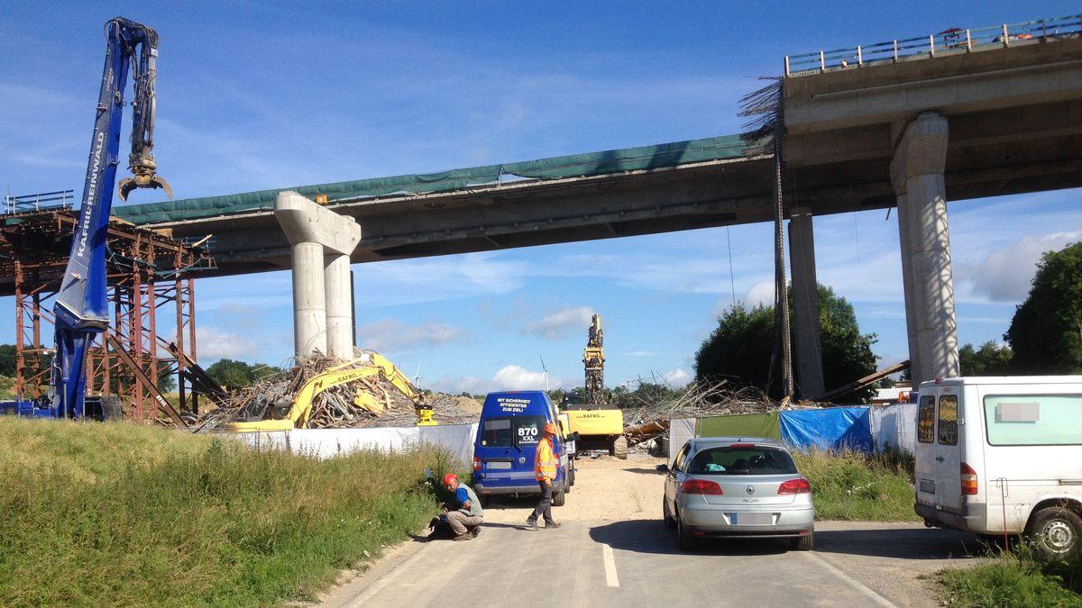 Aufräumarbeiten nach dem Brückeneinsturz an der A7 bei Schraudenbach im Jahr 2016