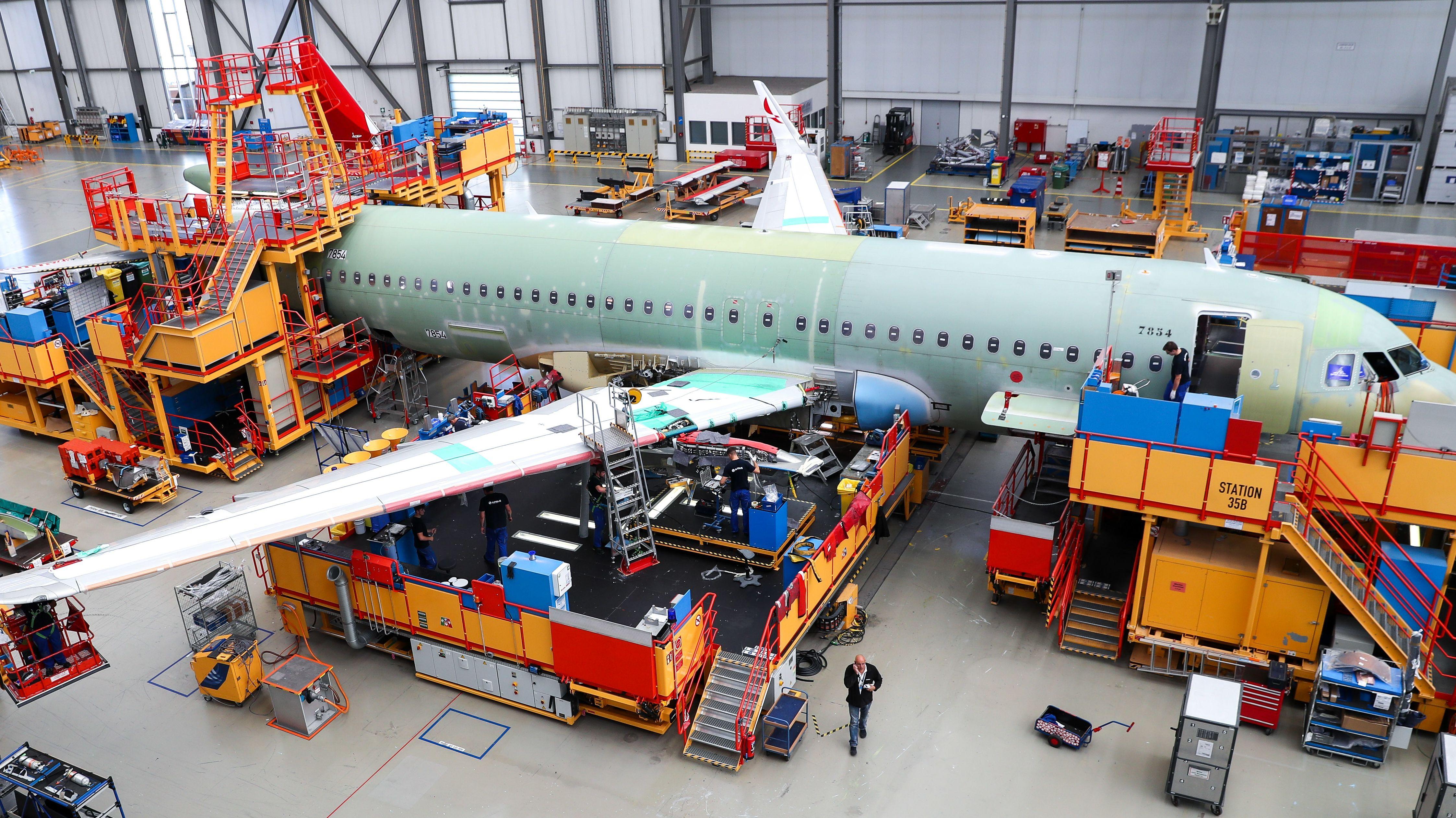Airbusbeschäftigte im Werk Hamburg-Finkenwerder in der Endmontagelinie der Airbus A320 Familie.