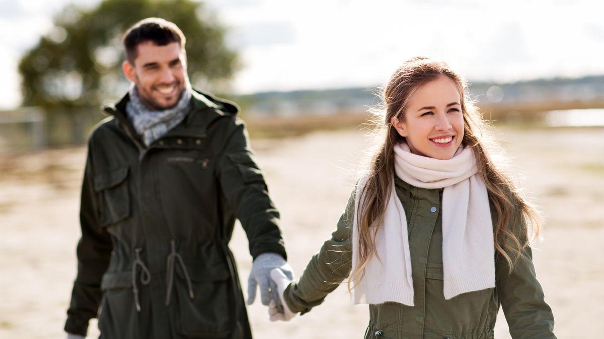 Symboldbild: Glückliches Paar in einer Landschaft