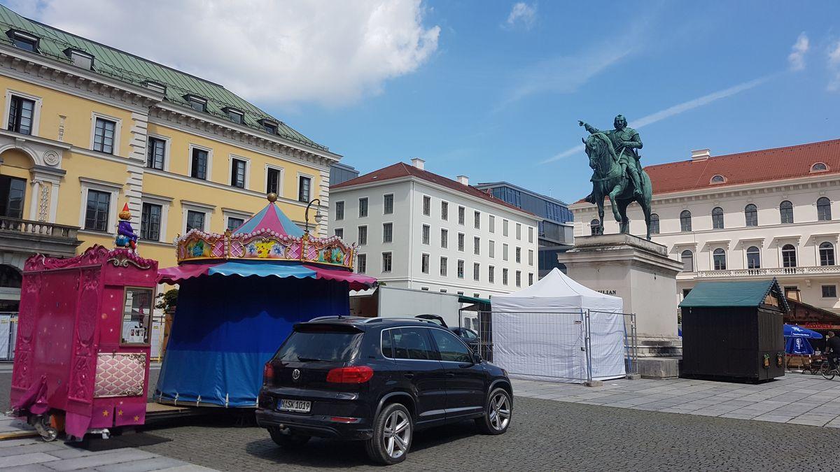 """Etwas kleiner fällt der """"Sommer in der Stadt"""" auf dem Wittelsbacherplatz aus. Hier gibt's diverse Buden, ein Mini-Karussell und einen Biergarten"""