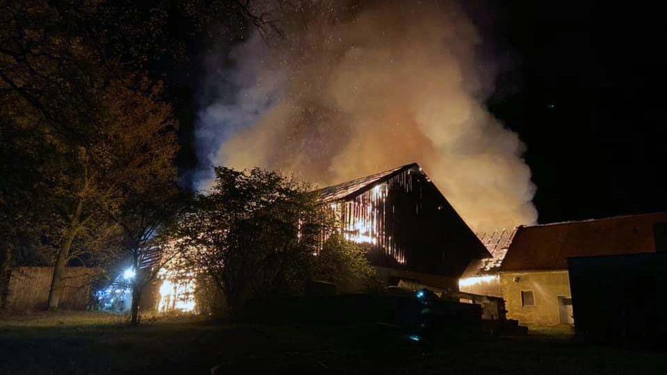 Beim Brand dieser Scheune und Stallung in Grünau entstand ein Schaden von rund 200.000 Euro.