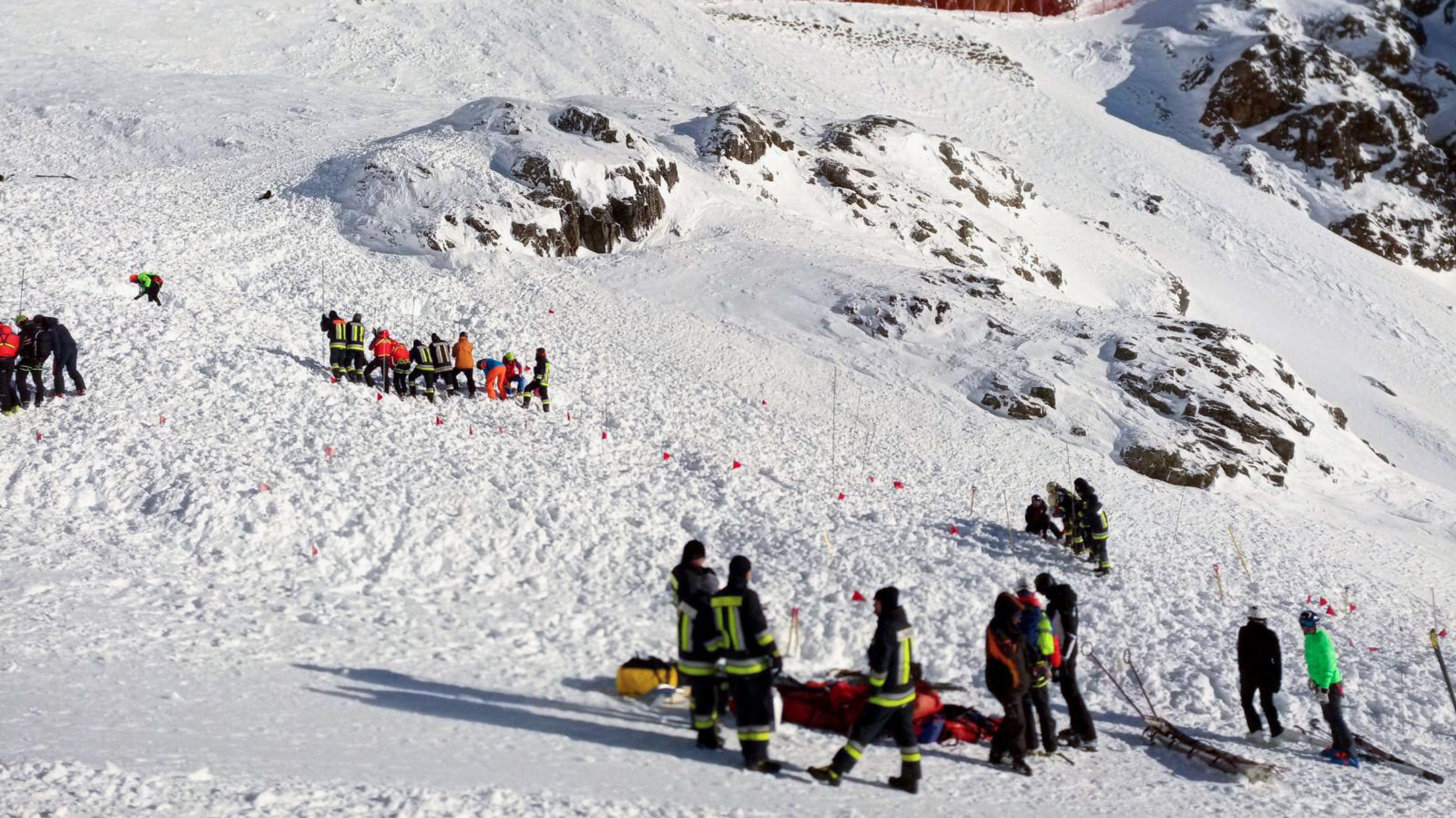 Rettungskräfte arbeiten bei der Suchaktion nach einer Lawine auf einer Skipiste.