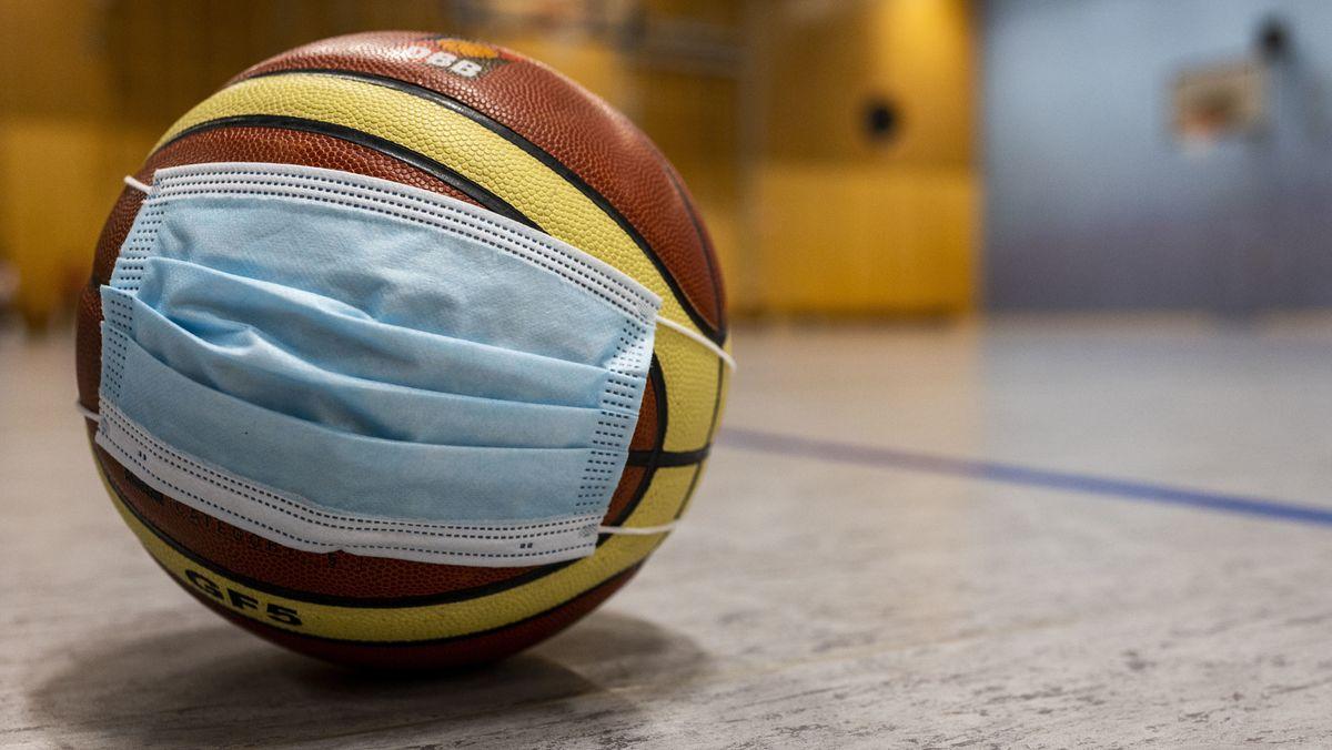 Basketball mit Schutzmaske