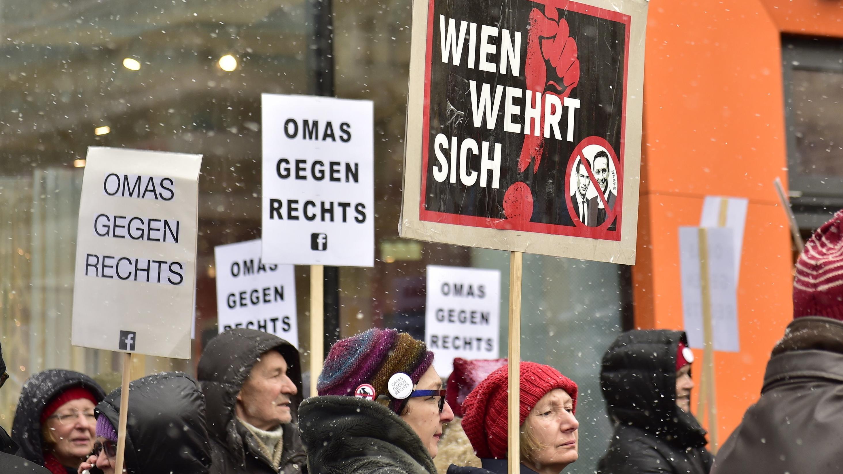 """Demonstranten mit Plakaten """"gegen Rechts"""" in Wien"""