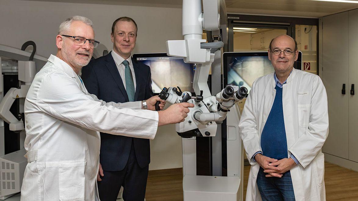 Neurochirurgen an der Uni-Klinik Erlangen können mit einer neuen Technik jetzt noch schonender am Gehirn operieren.