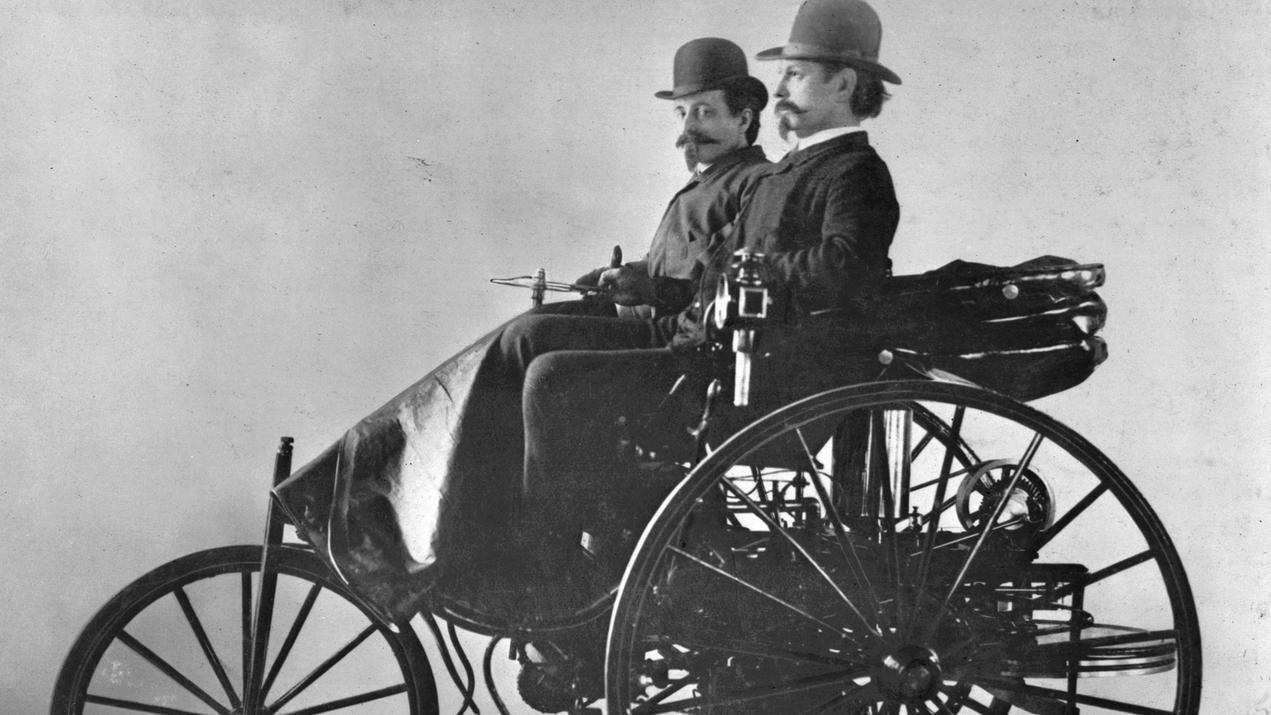 Carl Benz (vorn) auf seinem Patent-Motorwagen Typ III