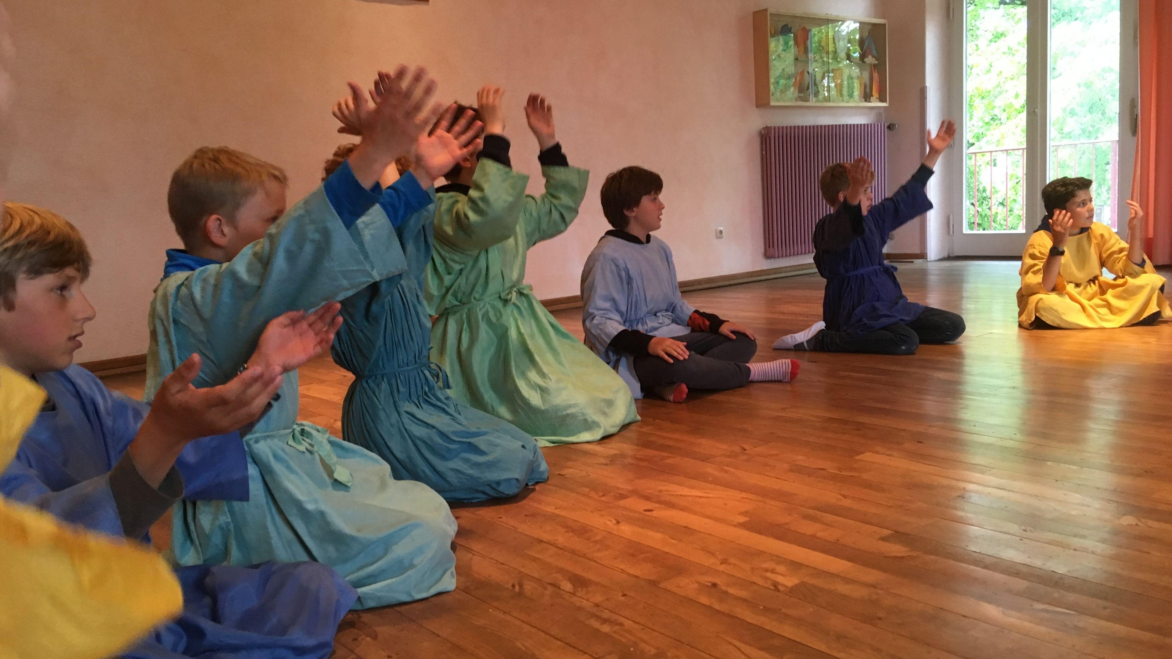 Schüler einer fünften Klasse der Waldorfschule Prien am Chiemsee im Eurythmieunterricht.